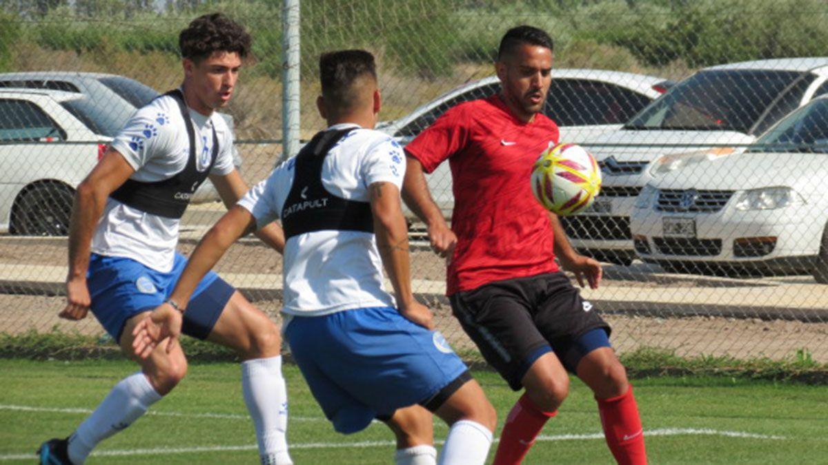 Diego Sevillano cubre la pelota Foto: gentileza Prensa FADEP.