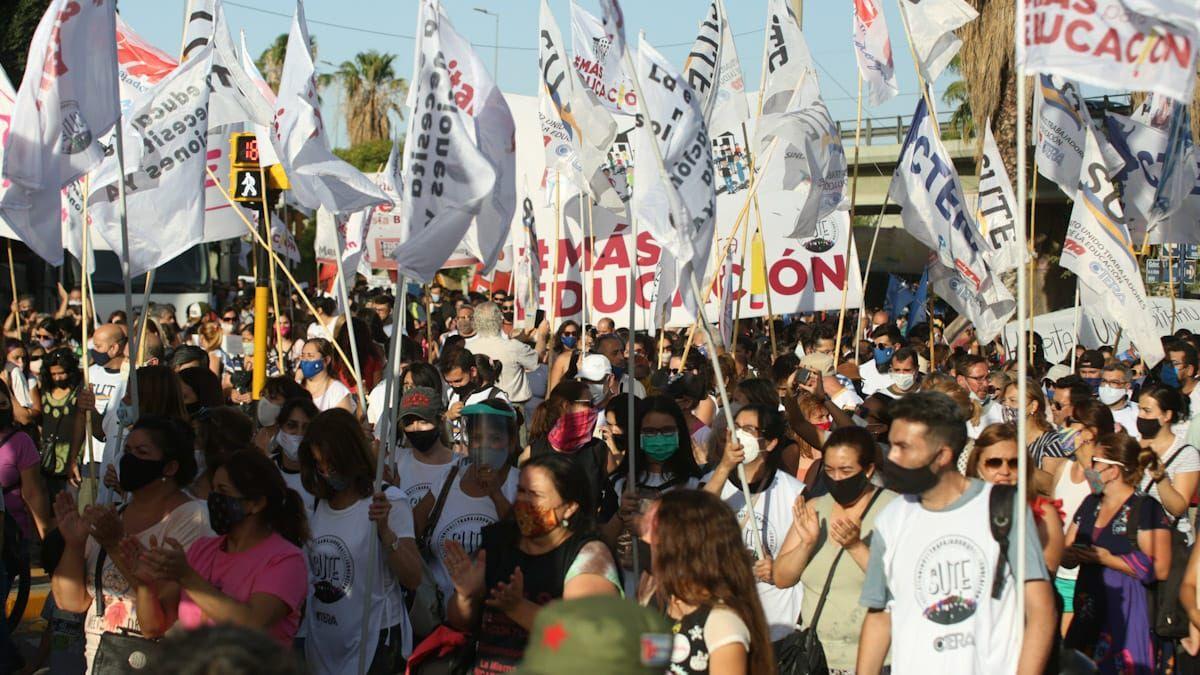 Varios reclamos y reivindicaciones convergieron en las calles de Mendoza. Fuerte críticas hacia el Gobierno.
