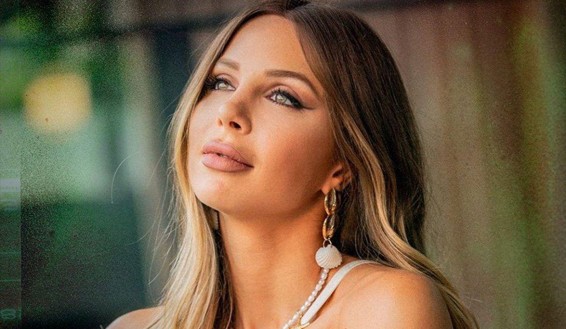 Romina Malaspina, enteriza cavada y Color, su nuevo single