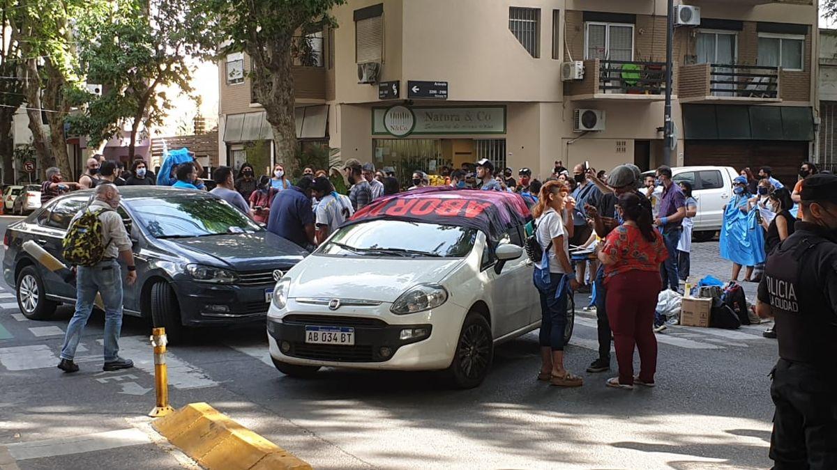 Escrache. Durante dos horas manifestantes se reunieron frente a la vivienda de Suarez Lastra.