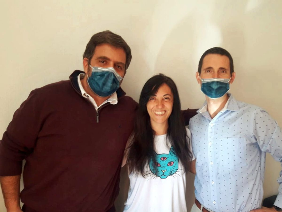 Federico Sánchez (a la izquierda) fue el neurocirujano que operó con éxito a Emi, y el otro es el doctor Rodrigo Santamarina, quien será el médico de cabecera de la joven mamá convaleciente. También integra el equipo que apoya a Coria la doctora Eugenia Sottano, epileptóloga.