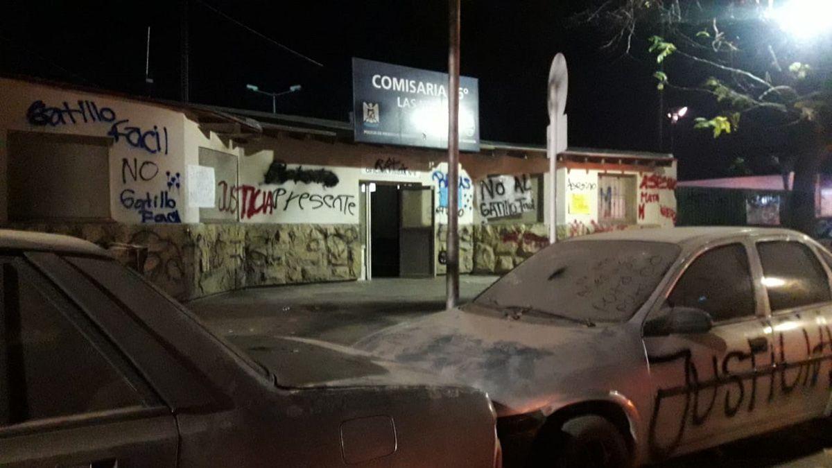 El frente de la comisaría fue enchastrado por los manifestantes.
