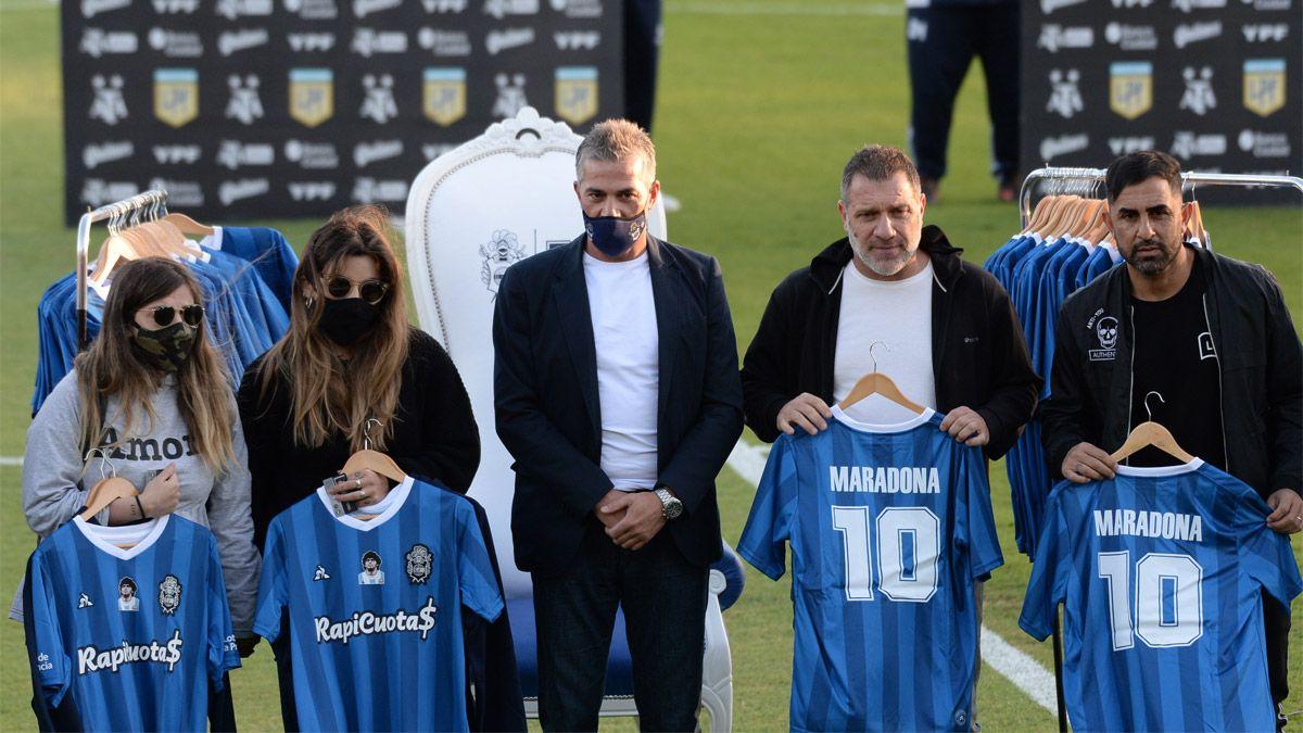 Dalma y Gianinna, presentes en el homenaje a Maradona