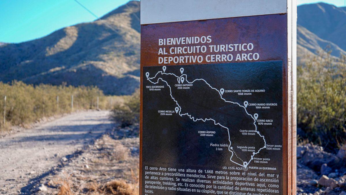 Uno de los carteles recientemente instalados por la comuna lasherina en El Challao, y en el cerro Arco, para información y guía de los visitantes locales, y en especial para turistas extranjeros.