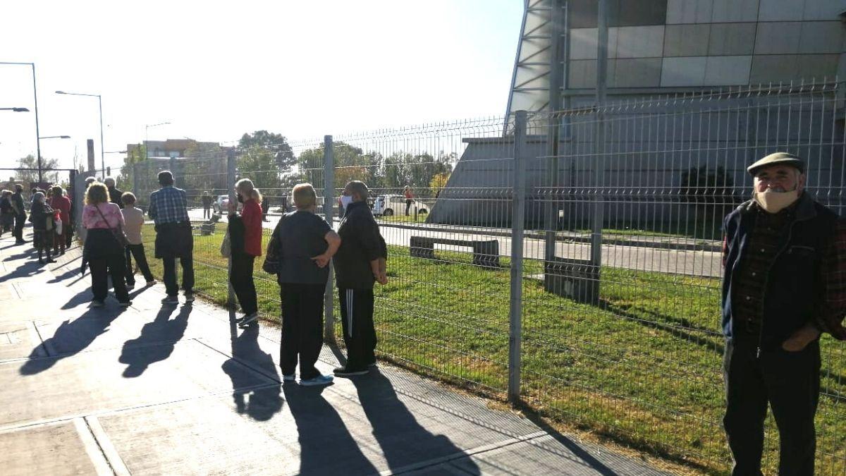 Los adultos mayores debieron realizar largas colas para recibir vacunas en el centro cultural Julio Le Parc