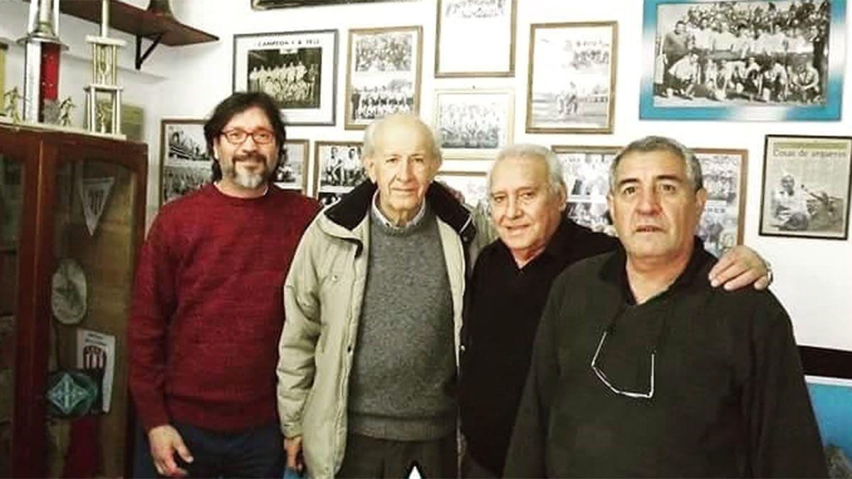 Molina (es el último de izquierda a derecha) fue homenajeado por Argentino en el museo Lila De Marinis. En la foto está con Fernando Montaña