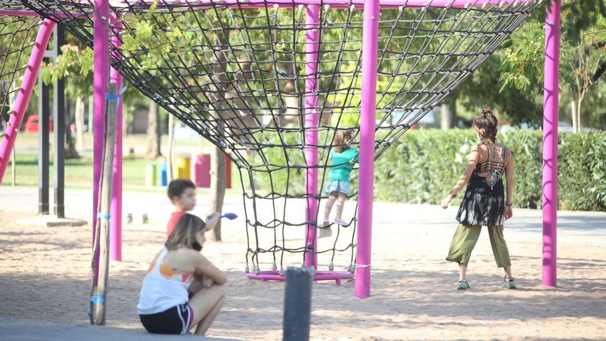 Los juegos infantiles de plazas y paseos públicos aún no se pueden usar. Tampoco los espacios con equipamiento para hacer deporte. Foto: Fernando Martínez.