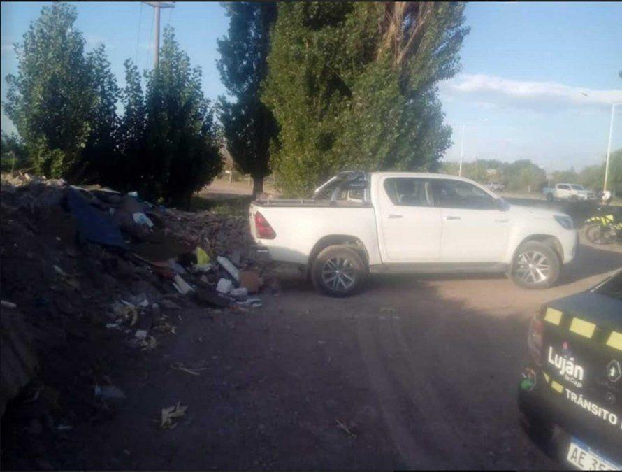 Un hombre fue multado por tirar escombro a la vera del Acceso Sur. El sujeto traía la basura cargada en su camioneta.