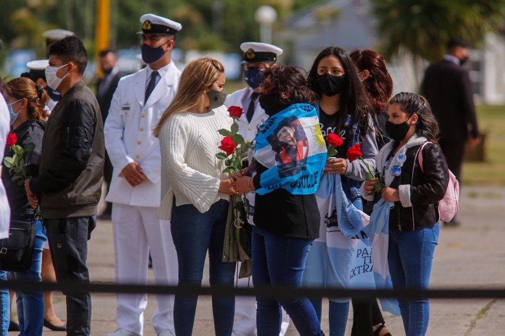 Con mucha emoción y dolor vivieron los familiares el homenaje a los 44 marinos muertos en el Atlántico Sur.