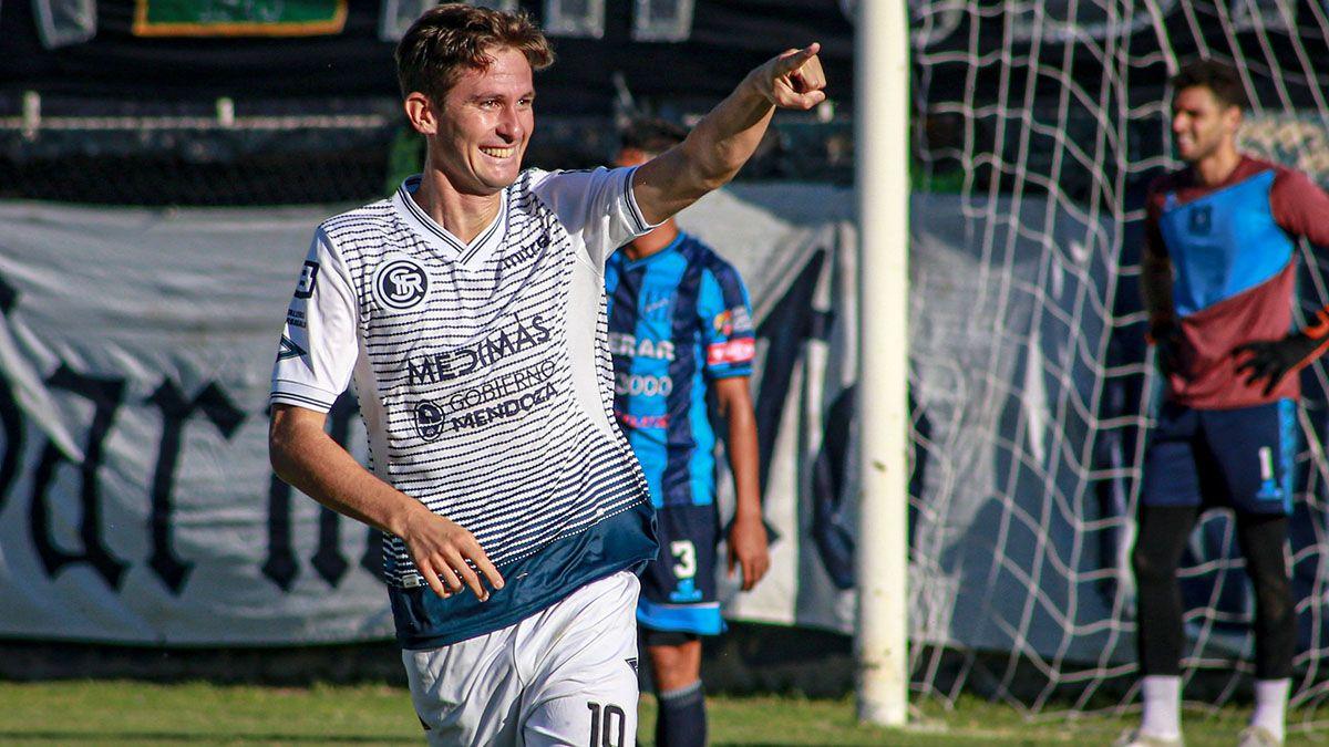 Daniel Imperiale en el festejo de su gol ante San Telmo.