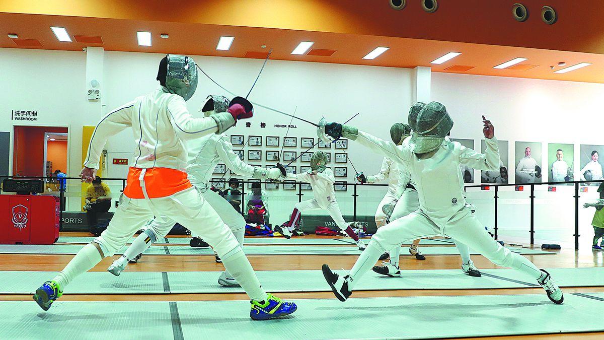 Jóvenes estudiantes participan en combates de esgrima en Vango Sports