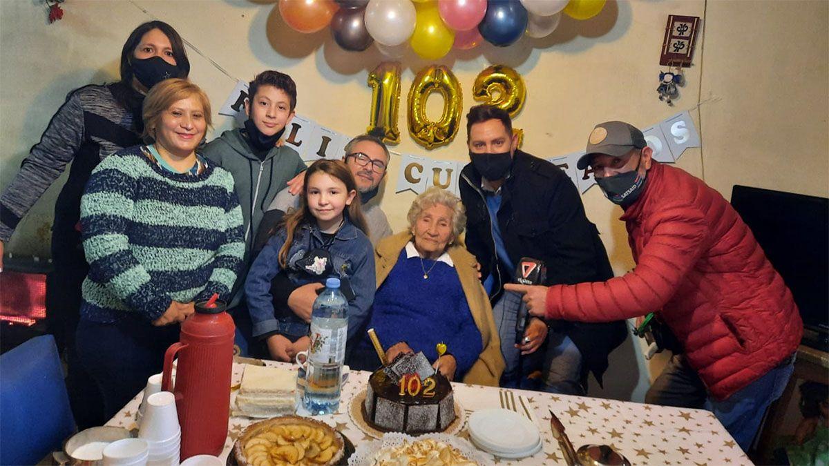 Clarita, en su festejo sorpresa al cumplir 102 años, con sus familiares e integrantes de Canal 7 Mendoza.