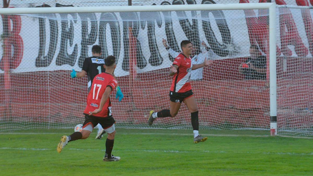 Gol y a la bolsa. Corulo le dio los tres puntos al Cruzado ante Alvarado con su tanto de penal sobre el final. (Fotos Martín Pravata/UNO).