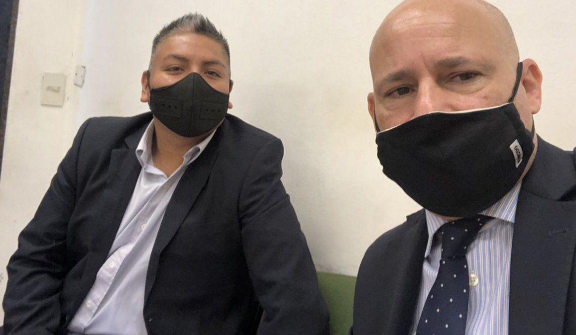 Luis Chocobar junto a su abogado Fernando Soto. El policía es juzgado por la muerte de un delincuente tras un asalto a un turista estadounidense en La Boca