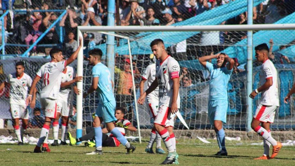 En la cancha del Perro hubo mucha gente de Gutiérrez en el partido ante Deportivo Maipú.