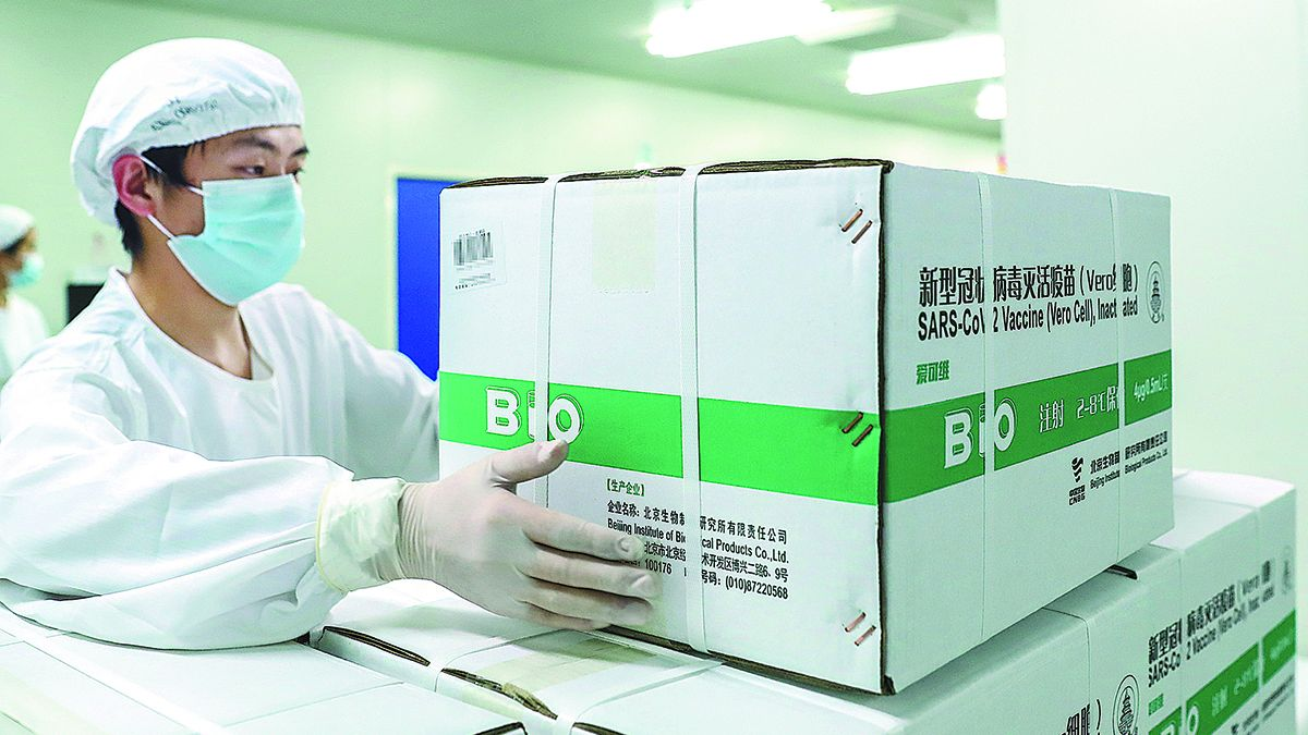 Un empleado empaca dosis de la vacuna de Sinopharm en una fábrica del grupo farmacéutico en Beijing el 25 de diciembre. XINHUA