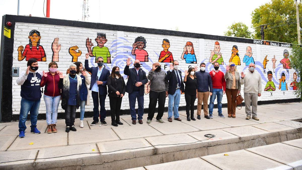Rivadavia inauguró un mural del alfabeto dactilológico argentino