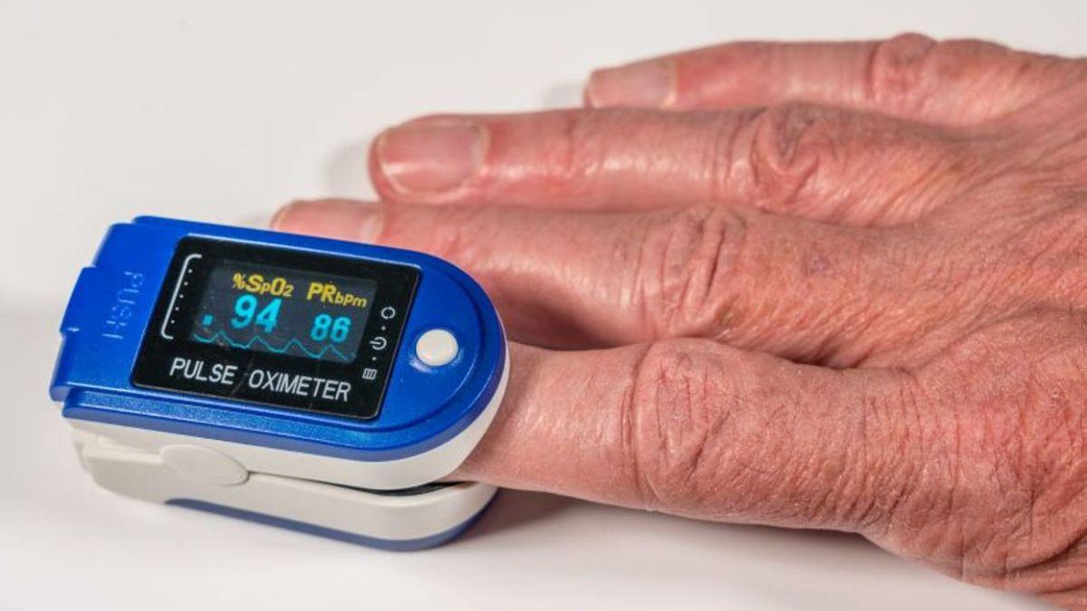 El oxímetro de pulso es un pequeño dispositivo que mide la saturación de oxígeno