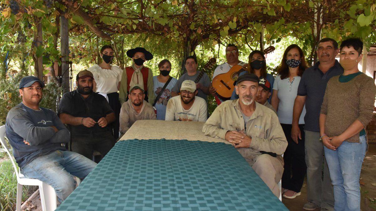 En Mendoza un municipio les regala una serenata los obreros mientras cosechan