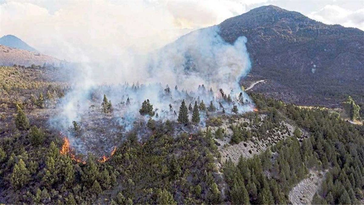 La persistente llovizna llevó algo de alivio a la situación provocada en El Bolsón por un incendio forestal que en cuatro días arrasó más de 10 mil hectáreas.