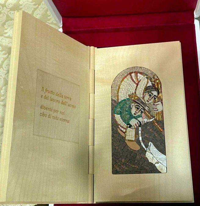 Una medalla sobre las Malvinas y un libro biográfico de Santos Discépolo están entre los regalos que Alberto Fernández le obsequió al papa Francisco.