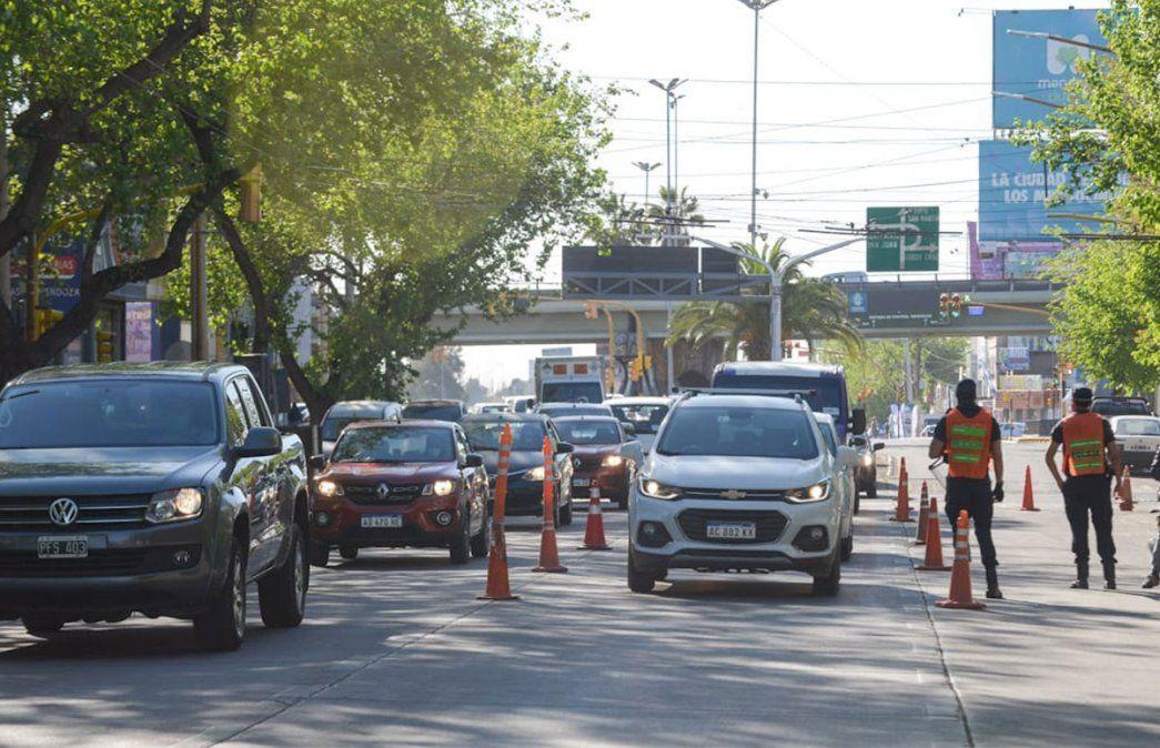 Primer viernes de circulación sin restricciones de DNI en Mendoza. Igual hubo control policial en la Avenida Vicente Zapata. Foto: Martín Pravata / Diario UNO.