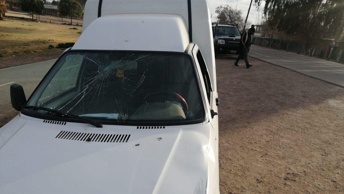 Así quedó el parabrisas de una camioneta que fue a buscar trabajadores.