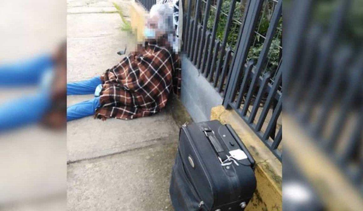 La mujer de 88 años que sufrió el desalojo sentada en la vereda