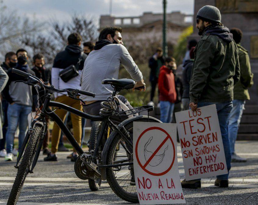 Insólitos mensajes en una marcha anticuarentena: Sin síntomas no hay enfermedad