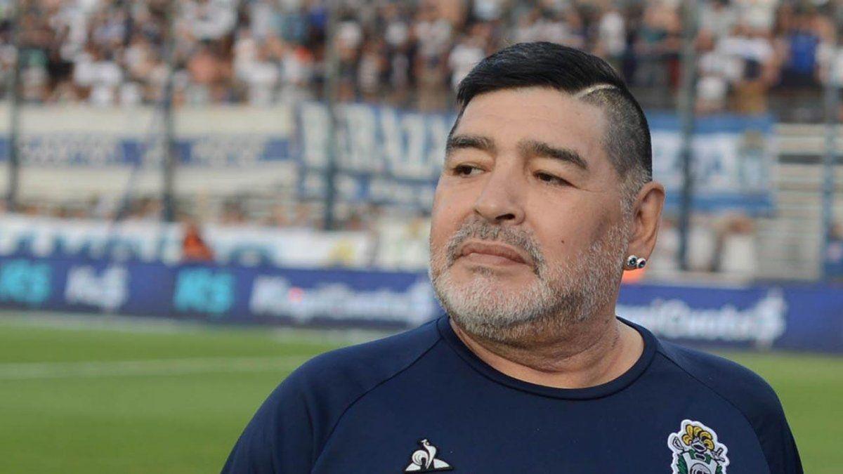 Diego Maradona recibe los 60 años como DT de Gimnasia.
