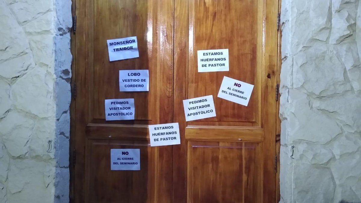 Así amaneció la iglesia de Alvear en protesta por el cierre del seminario de curas