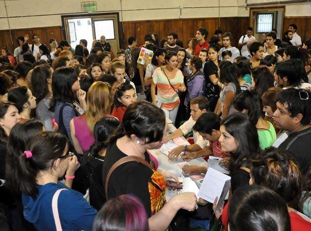 Un grupo de estudiantes protestó frente a la Escuela Normal contra el pago de la cooperadora