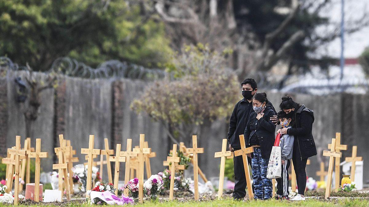 Familiares de fallecidos por ccoronavirus se reúnen en el cementerio de Flores.