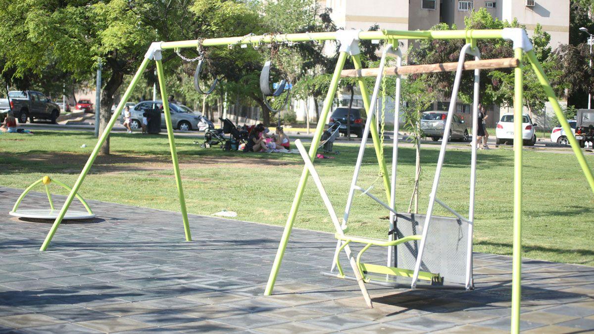 Estos columpios del Parque Central están trabados para que no puedan usarse.