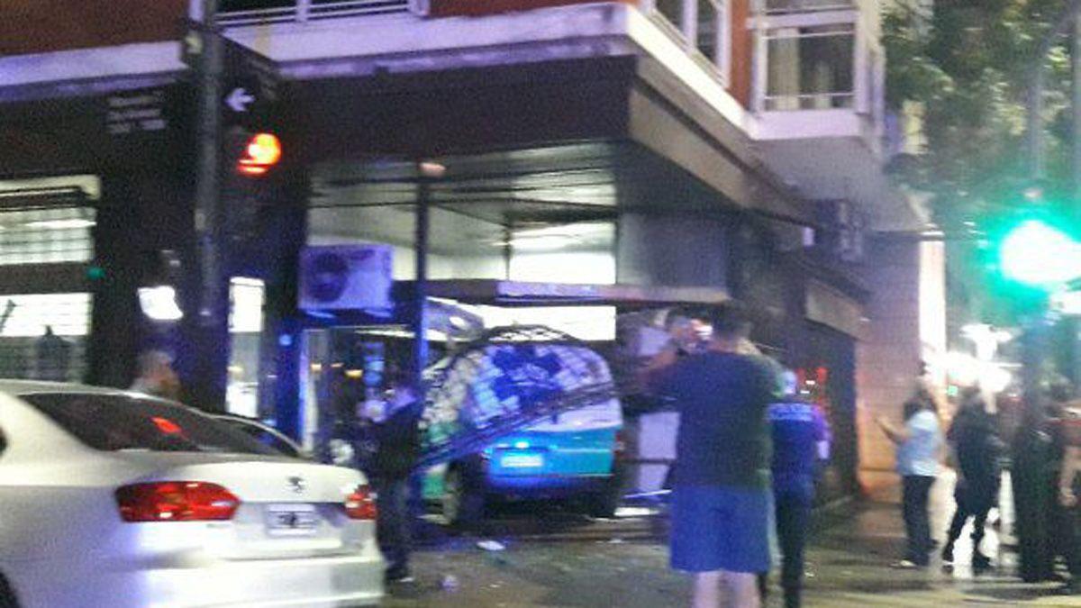 Video: una ambulancia chocó y se incrustó en una vidriera