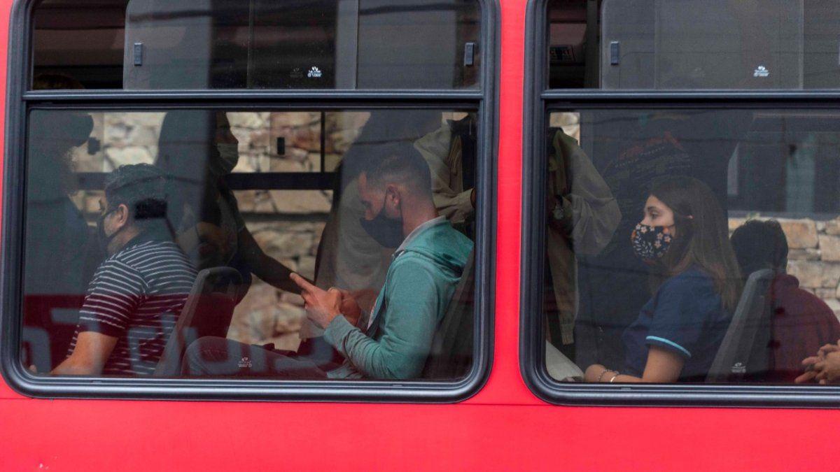 Debido a las grandes aglomeraciones de pasajeros en colectivos y trenes