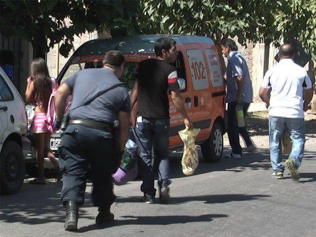 Aberrante: encuentran a tres niños vendiendo droga en una mesa en la puerta de su casa en San Juan