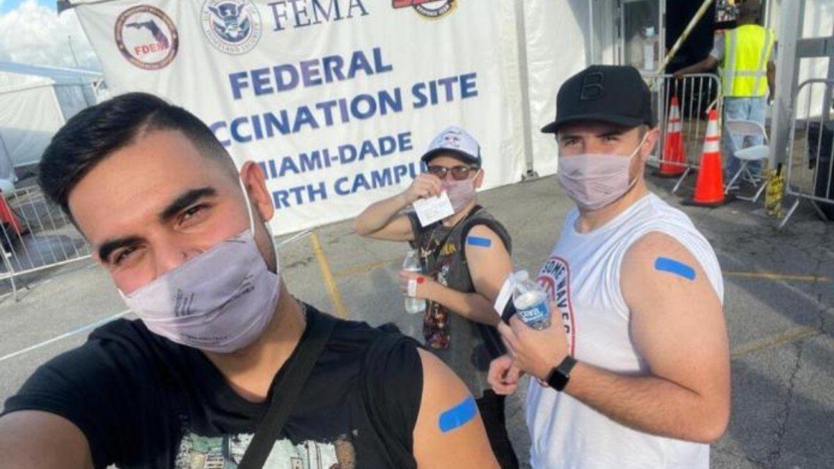 El rostro de Ccesco demuestra la felicidad propia y de sus amigos en la selfie post- vacunación en Miami