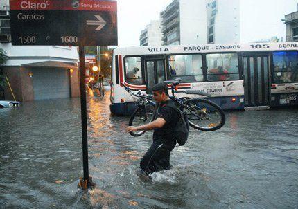 Buenos Aires quedó bajo el agua después de una fuerte tormenta