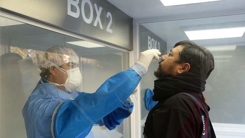 El aumento de los hisopados forzó a que se deban abrir más laboratorios para procesar muestras.