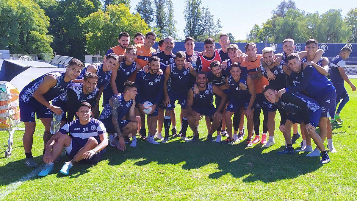 El plantel de Independiente Rivadavia posó para la foto en la última práctica.