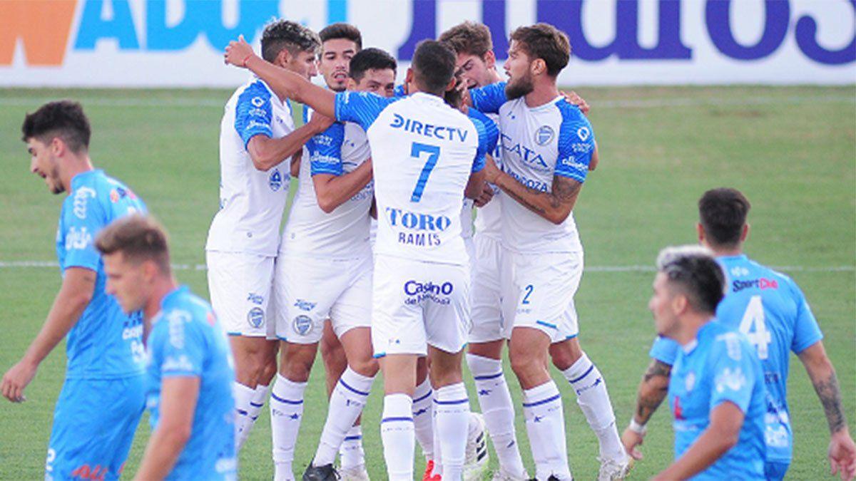 Los jugadores de Godoy Cruz festejan uno de los goles ante Urquiza.