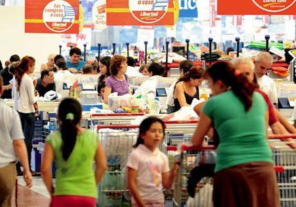 El híper Libertad atrajo una multitud de clientes por las ofertas de cierre
