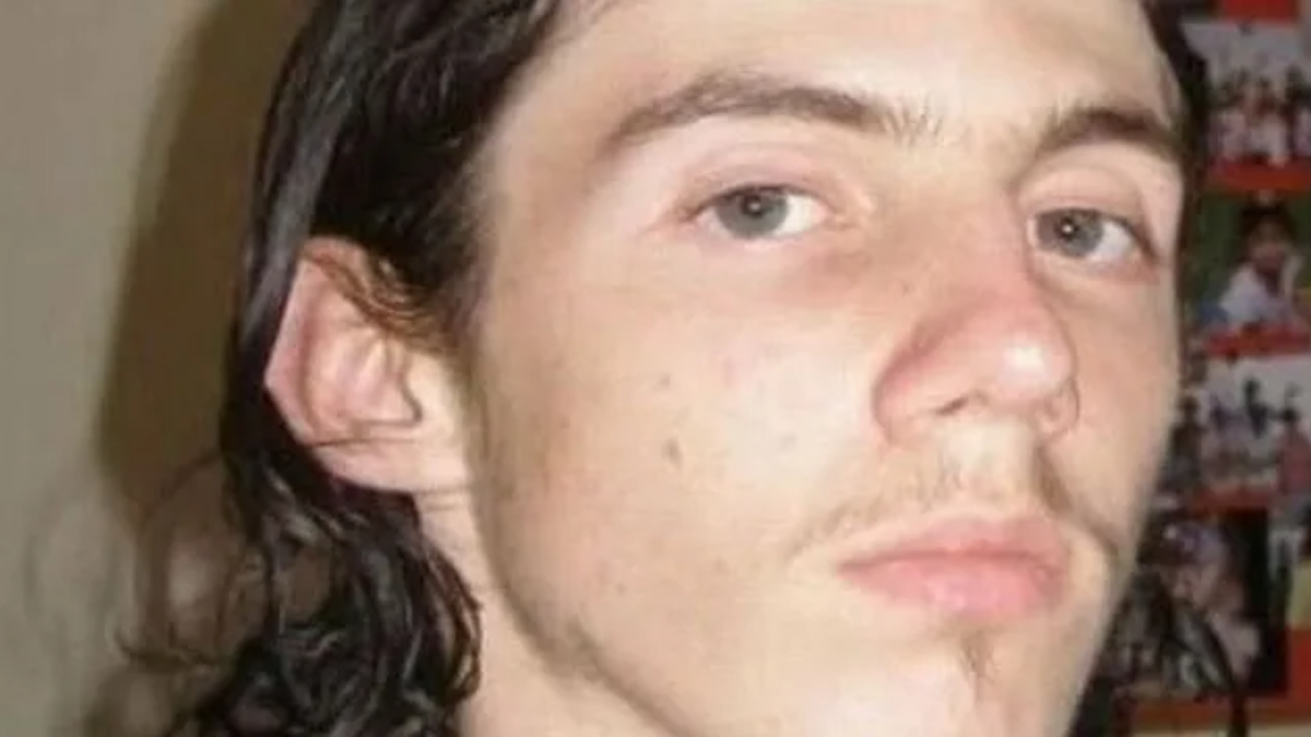 El joven estaba detenido por abusar sexualmente de casi 200 niños.
