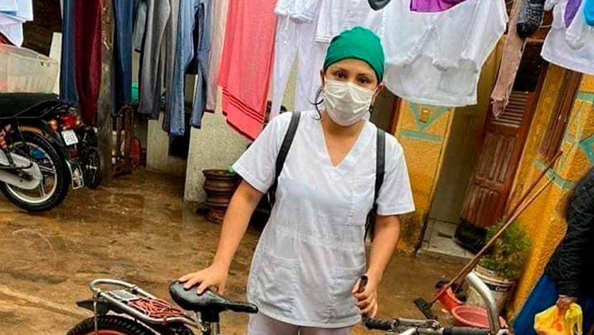 La imagen de una enfermera boliviana que recorre en bicicleta las calles inundadas se viralizó