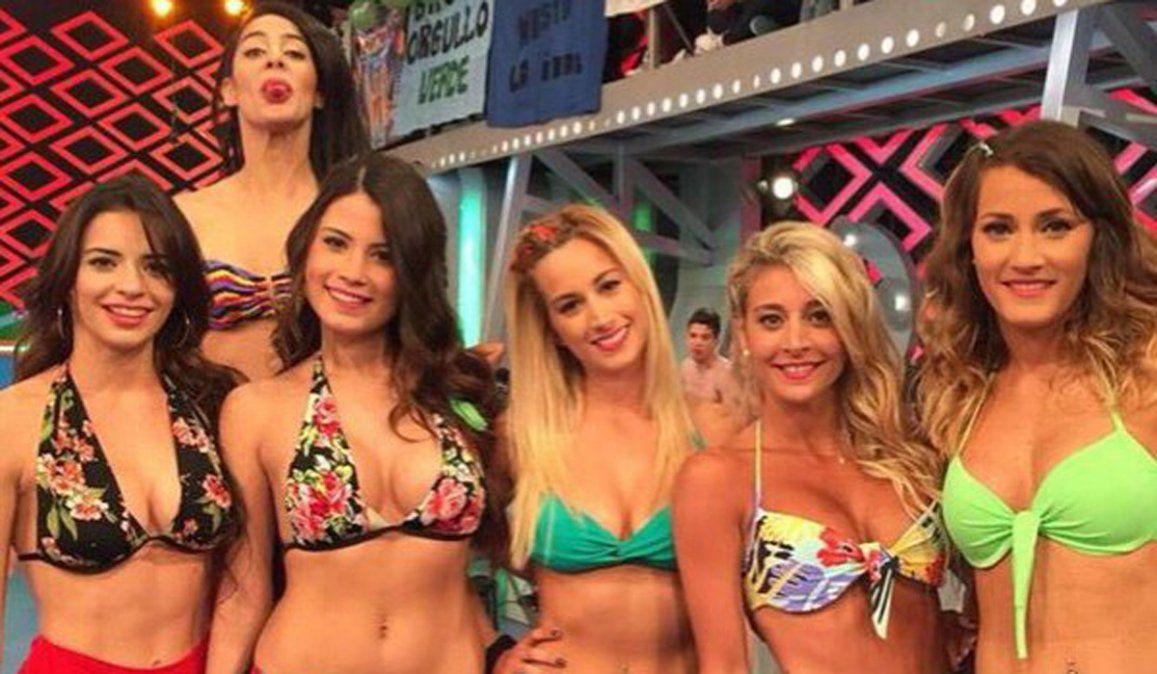 Estefanía Berardi es la joven que está en el medio con bikini verde.