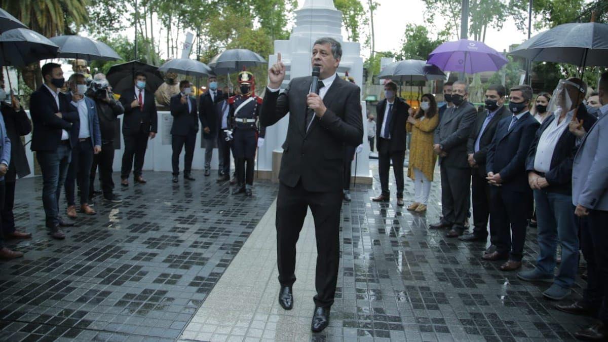 Daniel Orozco habla en el acto de inauguración de la plaza Marcos Burgos. Foto: Emmanuel Rodríguez.