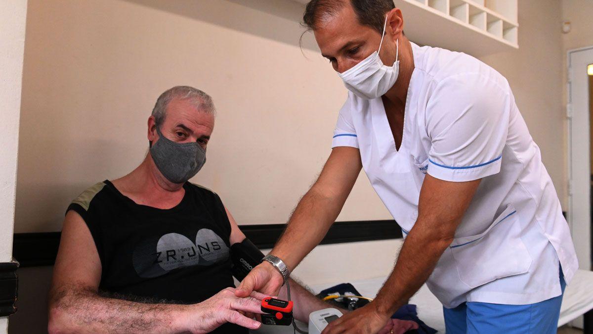 Uno de los tantos pacientes recuperados de coronavirus que se someten a controles médicos.