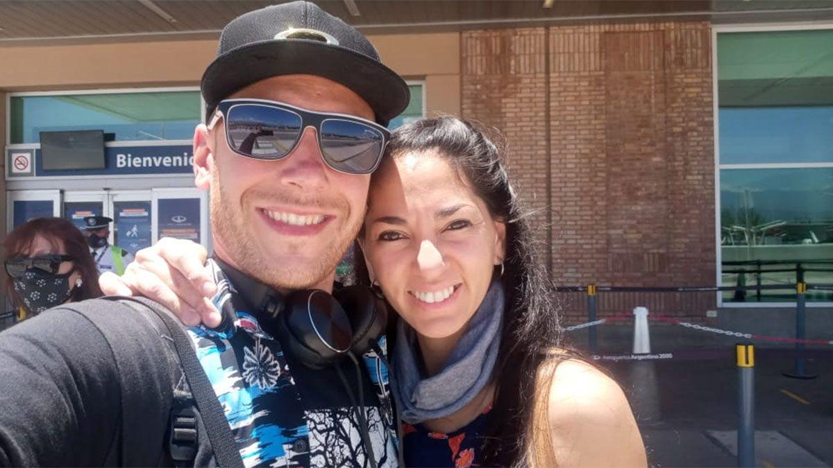 Agustín Torres Fernández sonríe junto a su novia Cintia.