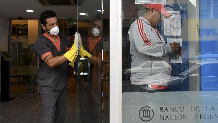 Coronavirus: desde el lunes se podrá depositar o retirar dólares en las cajas de los bancos